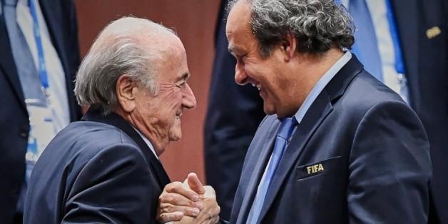 Poignée de mains entre Sepp Blatter et Michel Platini, le 2 juin 2015 à Zurich