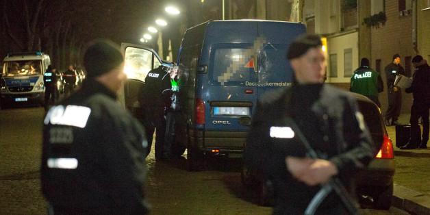 Polizisten durchsuchten diesen verdächtigen Transporter im Stadtteil Britz