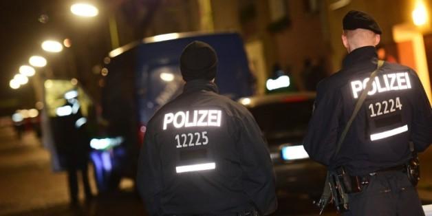 Des officiers de police allemands à Britz, dans la banlieue de Berlin, le 26 novembre 2015