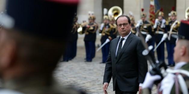 Le président François Hollande lors d'une cérémonie militaire le 19 novembre 2015 dans la cour des Invalides à Paris