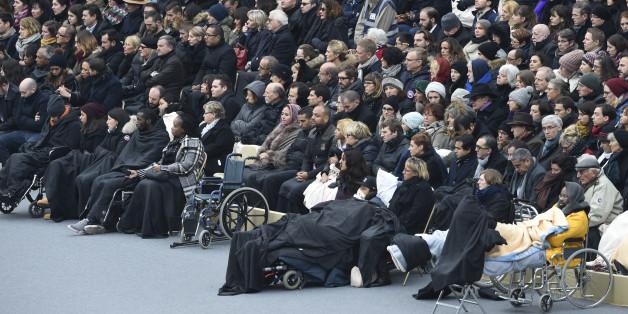 Des centaines de victimes des attentats du 13 novembre et leurs proches reçus à l'Ecole militaire