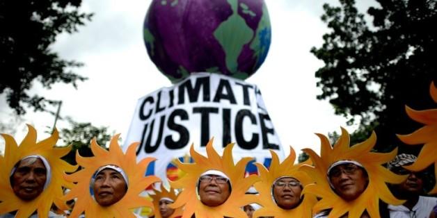 Des militants écologistes participent à une marche pour le climat à Manille, le 28 novembre 2015