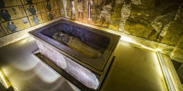 Le sarcophage doré du roi Toutankhamon dans sa chambre funéraire de la Vallée des Rois près de Louxor, en Egypte, le 28 novembre 2015