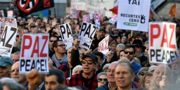 Plusieurs milliers de personnes manifestent à Madrid contre un engagement de l'Espagne dans le conflit syrien, le 28 novembre 2015