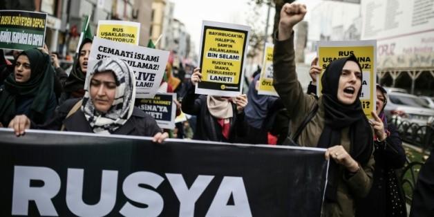 Des manifestants brandissent des pancartes contre la politique russe en Syrie, à Istanbul le 27 novembre 2015