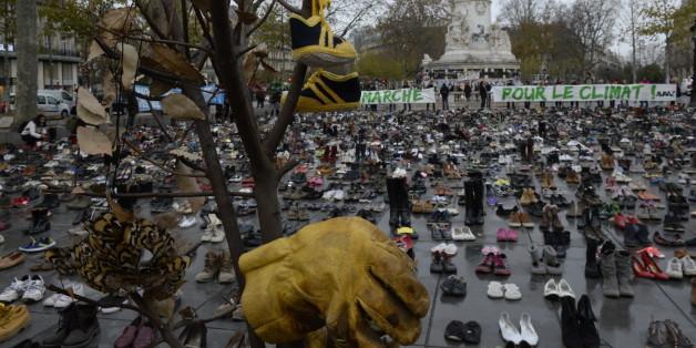 Privés de marche pour le climat avant la COP21, ils recouvrent la place de la République de chaussures