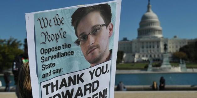Des manifestants brandissent une affiche en soutien à Edward Snowden à Washington le 26 octobre 2013