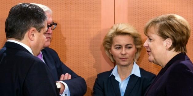 De gauche à droite, le vice-chancelier allemand, le ministre de l'économie Sigmar Gabriel, le ministre des Affaires étrangères Frank-Walter Steinmeier, la ministre de la Défense Ursula von der Leyen et la chancelière Angela Merkel avant un conseil des ministres à Berlin le 1er décembre 2015