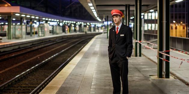 Ein Bahnangestellter im Ostbahnhof von Berlin