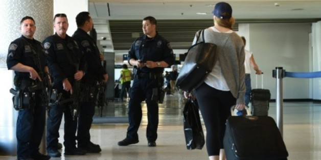 Des policiers lourdement armés en faction à l'aéroport international de Los Angeles, en Californie, le 25 novembre 2015