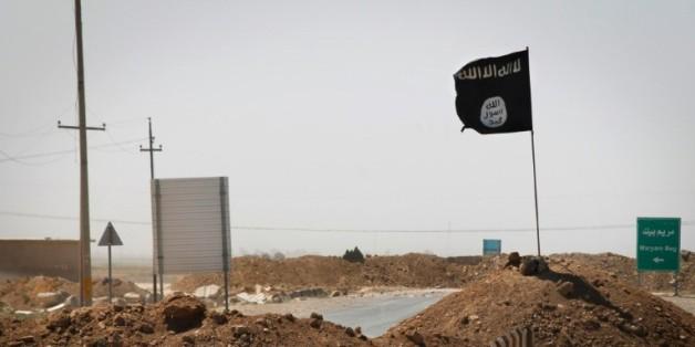 Un drapeau du groupe Etat islamique flotte le 11 septembre 2014 à Rashad, en Irak