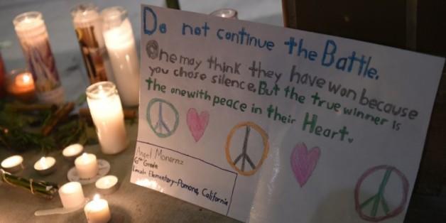 Des messages et des bougies déposés en hommage aux victimes de la fusillade de San Bernardino, le 3 décembre 2015 en Californie