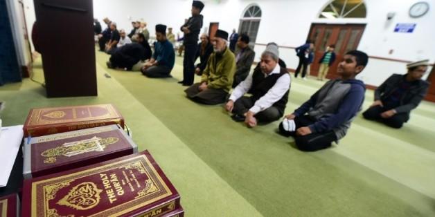 Des mulsumans prient à la mosquée de Chino lors d'une veillée à la mémoire des victimes de la fusillade de San Bernardino, le 3 décembre 2015