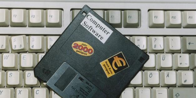 (GERMANY OUT) Eine 3,5 Zoll-Diskette von Imation liegt auf einer Computertastatur. Auf der Diskette steht 'Jahr 2000 geeignet' und 'auch Euro-geeignet'. Die Tastatur enthält noch nicht das Euro Zeichen auf der E-Taste. Das Bild symbolisiert die nötigen Computerumstellungen auf die neue europäische Währung Euro und das Jahr 2000. . (Photo by Becker & Bredel/ullstein bild via Getty Images)