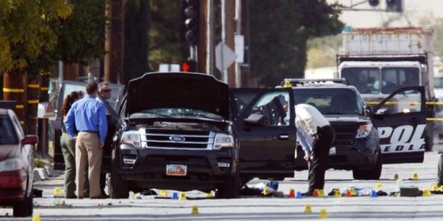 Des enquêteurs recherchent des indices sur la véhicule utilisé par le couple d'origine pakistanaise auteur de la fusillade de San Bernardina, le 3 décembre 2015 en Californie