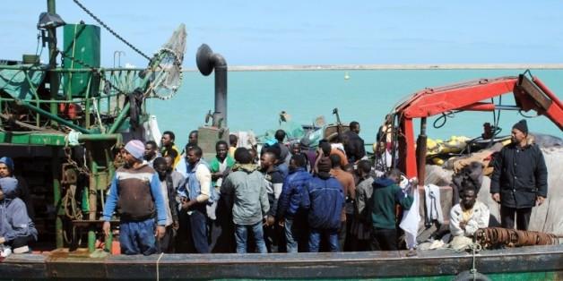 Des migrants africains sur un bateau de fortune en Méditerranée, le 19 mars 2015