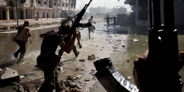 Kämpfer des Nationalen Übergangsrates bei Gefechten in Sirte