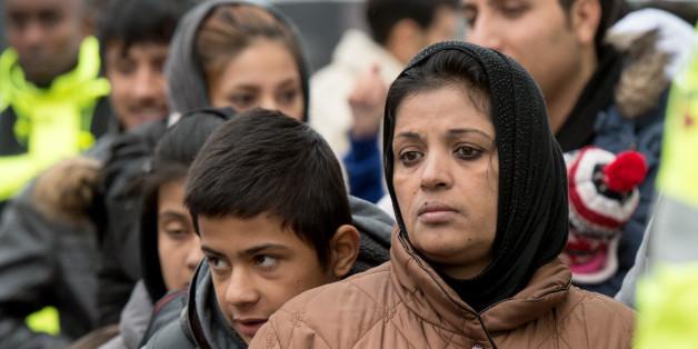 Des demandeurs d'asile attendent le 2 décembre 2015 d'être enregistrés à Giessen, dans l'ouest de l'Allemagne