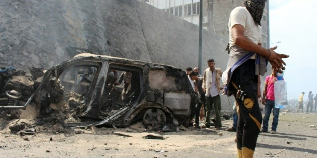 Les décombres du véhicule du gouverneur d'Aden, Jaafar Saad, victime d'un attentat, le 6 décembre 2015 à Aden