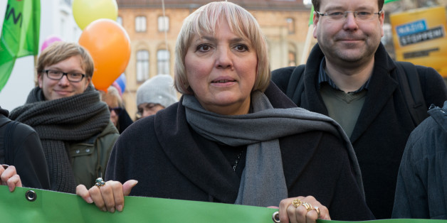 Die Vizepräsidentin des Bundestages, Claudia Roth, bei einer Gegendemonstration zum 4. Bundesparteitag der Alternative für Deutschland in Hannover.