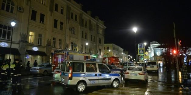 Des pompiers et policiers près d'un arrêt d'autobus où s'est produite une explosion le 7 décembre 2015