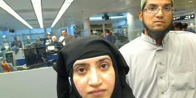Les deux tueurs de San Bernardino Syed Farook (g) et sa femme Tashfeen Malik en transit à la douane de l'aéroport international de Chicago, le 27 juillet 2014