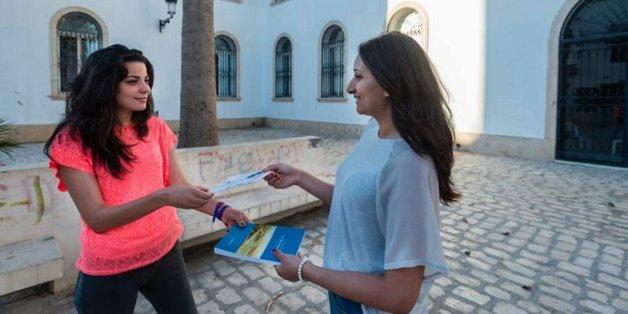Deux filles s'échangent des livres/ YallaRead