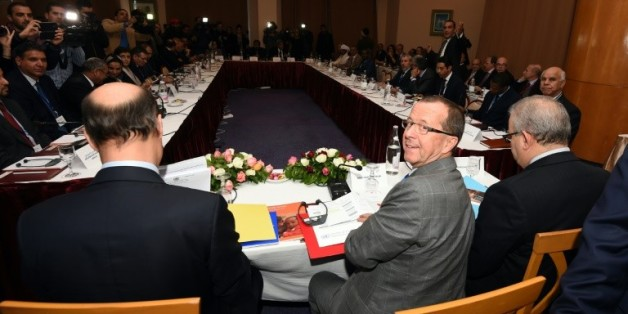 Martin Kobler (c), envoyé de l'ONU pour la Libye, préside le 10 décembre 2015 à Tunis une rencontre entre les factions de l'opposition libyenne