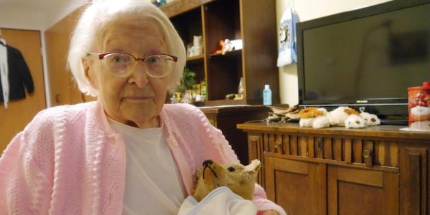 Elisabeth Breitenacker (98) mit ihrem Lieblingsstofftier. Foto: Lill