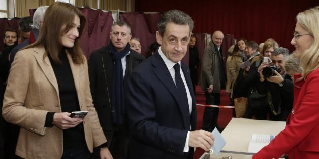 Der Vorsitzende der französischen Konservativen, Nicolas Sarkozy, geht in Begleitung seiner Frau Carla Bruni-Sarkozy an die Wahlurne.