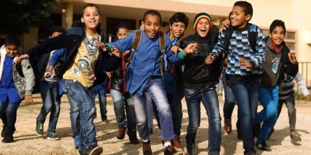 Des élèves jouent dans la cour de l'école Bashayer, à Benghazi le 13 décembre 2015