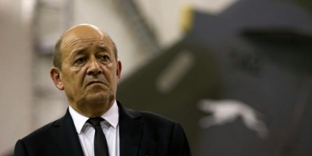 Le ministre français de la Défense Jean-Yves Le Drian, lors d'une visite d'une base militaire en Jordanie le 12 octobre 2015
