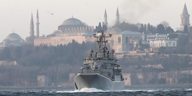 Das russische Kriegsschiff Caesar Kunikov im Bosporus.