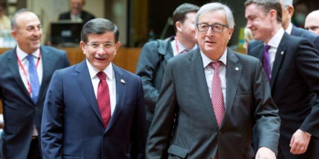 Le président de la Commission européenne Jean-Claude Juncker et le Premier ministre turc Ahmet Davutoglu, lors d'une rencontre à Bruxelles, le 29 novembre 2015