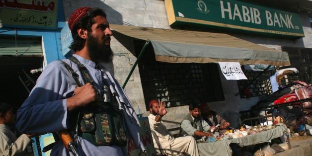 Eine Taliban-Wache vor einer Bank in Pakistan