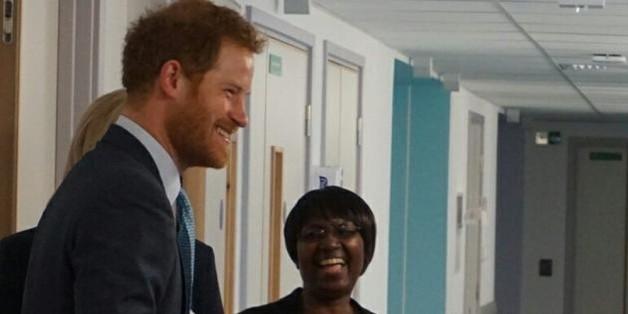 Prinz Harry am Montag im Gespräch mit Krankenschwestern des Londoner Mildmay-Hospital