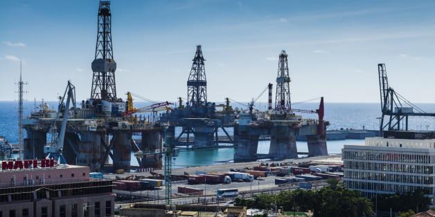 Spain, Canary Islands, Tenerife, Santa Cruz de Tenerife, oil drilling rigs in the port