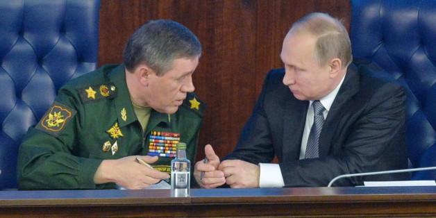 Der russiche Präsident Wladimir Putin und der Chef der russischen Armee, Valery Gerasimov
