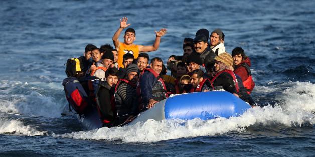 Ein Flüchtlingsboot bei der Landung in Lesbos