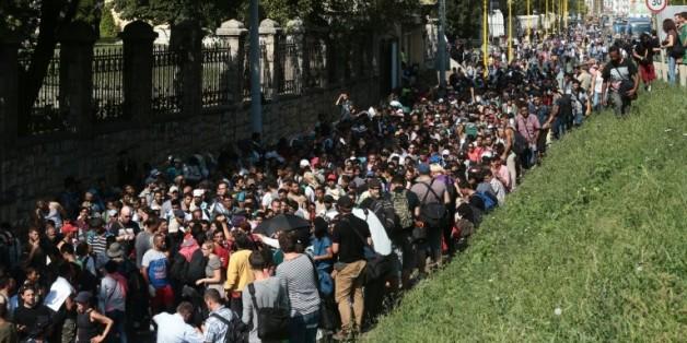 Des centaines de migrants en route vers la Hongrie le 4 septembre 2015 à Budapest