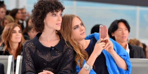 Die Edelsteine des Anstoßes sitzen am linken Ringfinger: Annie Clark und Cara Delevingne bei der Paris Fashion Week