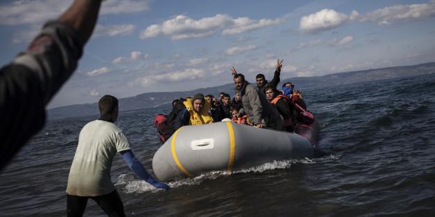 Ein Überfülltes Boot mit Flüchtlingen erreicht am 29.10.2015 einen Strand im Norden der griechischen Insel Lesbos (Archiv)