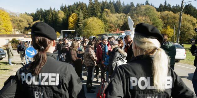 Zwei Polizistinnen an der deutsch-österreichischen Grenze
