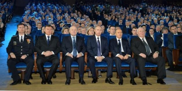 Vladimir Poutine (4eG) lors de la Journée des membres des services de sécurité russes (FSB), le 20 décembre 2015 à Moscou