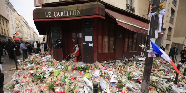 Blumen an einem der Orte der Anschläge vom 13. November 2015