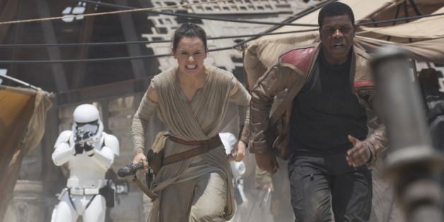 """""""Star Wars"""": Rey (Daisy Ridley) und Finn (John Boyega) auf der Flucht vor einem Stormtrooper"""