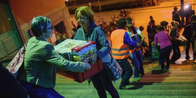 Freiwillige Helfer geben in einer Schlange am Hauptbahnhof in München (Bayern) Hilfsgüter für Flüchtlinge weiter