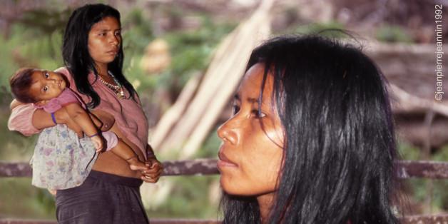 """Dès notre arrivée chez les Urarinas, nous  avions été frappés par la très nette  supériorité numérique des femmes sur les hommes. Interrogé, par gestes et charabia, le chef de la tribu nous affirma qu'il y avait deux femmes pour un homme, ce qui contredisait nos observations. Plus tard, nous comprimes que le mot que nous avions traduit par deux signifiait en réalité """"plusieurs"""", un et plusieurs étant les seules quantités utilisées par les Urarinas. (Amazonie péruvienne. Déc 92)"""