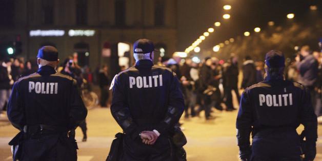 Ein dänischer Polizist protestiert gegen die Flüchtlingspolitik seiner Regierung