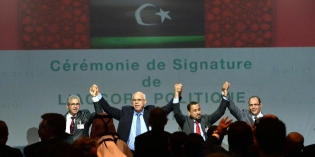 Après des mois de négociations, des hommes politiques, représentants de la société civile libyenne et membres des deux Parlements rivaux ont signé le 17 décembre à Skhirat (Maroc) un accord parrainé par l'ONU